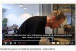 Videon kuvakaappaus, jossa näkyy Risto Tepponen kokin vaatteissa.