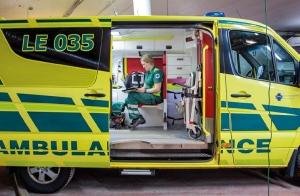 Marjo ambulanssissa hoitajan paikalla valmiina lähtöön.