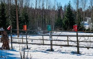 Talvinen aidattu peltomaisema Hakalan tilalta.