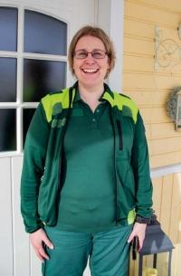 Iloisesti hymyilevä Marjo Uutinen kotiovellaan.