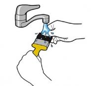 Kuvituskuva pensselin pesu vesihanan alla.