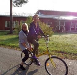 Sosiaaliohjaajat Senja Asikainen ja Sanna Hamunen pyöräilemässä.