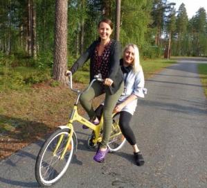 Sosiaaliohjaajat Senja Asikainen ja Sanna Hamunen polkupyörällä.
