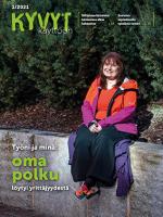 Kyvyt käyttöön lehden kansi, nuori nainen istuu kivimuurilla punainen takki päällä ja hymyilee iloisesti.