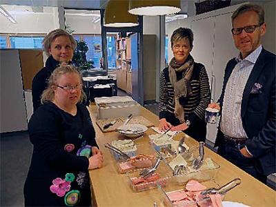 Annika Olo, Heidi Jämsä, Marjaana Kothari ja Jyrki Keinänen aamiaispöydän ääressä.