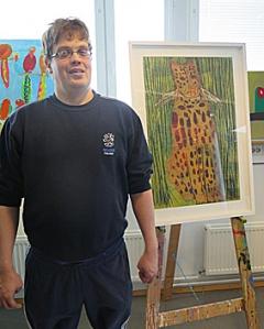 Taiteilija Paul Gustafsson ja hänen taulunsa Leopardi.