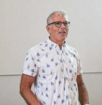 Bertil Johansson seisoo ja puhuu.