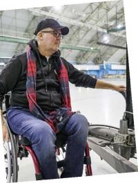Harri Pynnönen ja pyörätuoli.