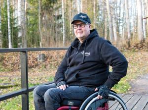 Harri Pynnönen syksyisessä maisemassa terassilla.