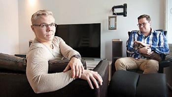 Henri Salmio ja Thomas Iraqi istuvat olohuoneessa.