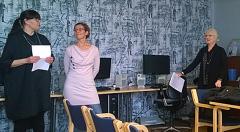 Taru Tammi, Marika  Ahlsten ja Jaana Paanetoja seisovat, kuvassa tietokonenäyttöjä ja tuoleja.