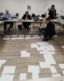 Kuvassa käydään läpi ahkeran työn tuloksia Markus Neuherzin johdolla Pariisissa.