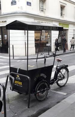 Kahvila Joyeux'n polkupyörä Pariisin kadulla.