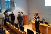 Helka Raivio puhuu audiotorion etualalla mikrofoniin.