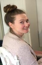 Jutun kirjoittaja Katriina katsoo kameraan ja hymyilee.