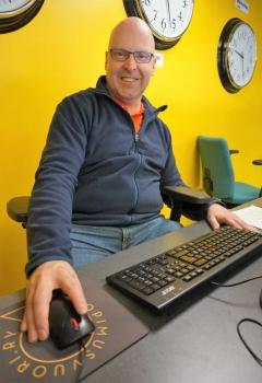 Kuvassa Markku Törnblom tietokoneen ääressä