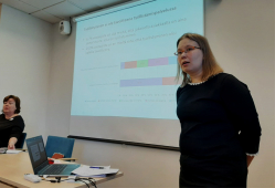 Anne Kallio kertoo tutkimuksen tuloksista, taustalla diaesitys.