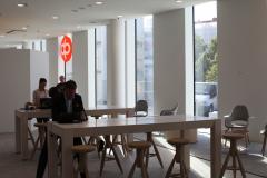 Yleiskuva Osuuspankin työtiloista, jossa ihmisiä istuu pöydän ääressä.