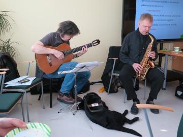 Kuvassa Seppo Luusalo ja Ärri-koira