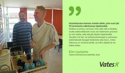 Työvalmentaja Kim Lautamo ja Henri Kallio hymyilevät keittiössä.