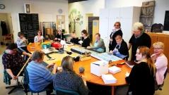 Kuvassa Toimi-säätiön henkilökuntaa neuvotteluhuoneessa
