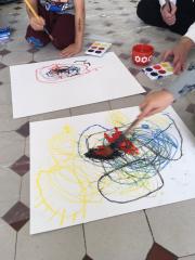Lattialla papereita ja maalaustyö käynnissä.