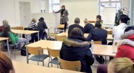 Opiskelijat oppitunnilla luokassa.