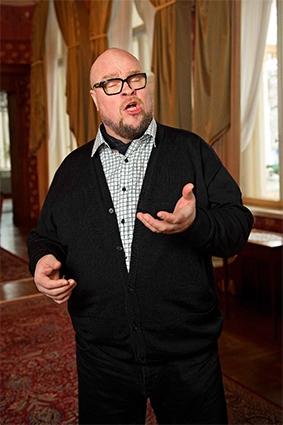 Juha Uusitalo laulaa.