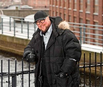 Juha Uusitalo sillalla Tampereen tehdasalueella.