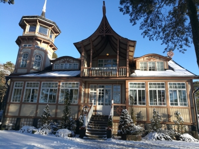 Näyttävä Villa Talbon pitsihuvila ja lunta.