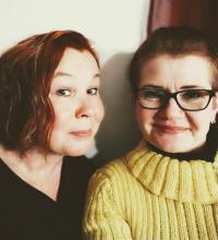 Marjo Siekkinen ja Kati Jokio hymyilevät yhteiskuvassa.