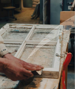 Vanhanaikainen valkoinen ikkunanpoka, jota kunnostetaan.