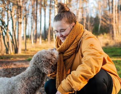 Suvi Ahoja ja Vuokko-koira syksyisessä maisemassa.