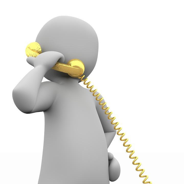 Hahmo puhelimessa.