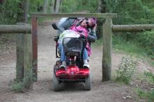 Henkilö alittaa pyörätuolilla estettä.