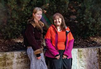 Kuvassa Contrane ja häntä työssä tukeva työavustaja Maija Hassinen.