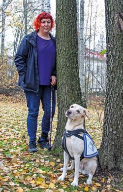 Heini Björk ja avustajakoira sekä puita.