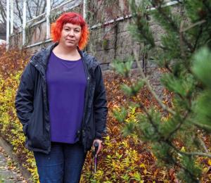 Heini Björk ja syksyisiä pensaita.