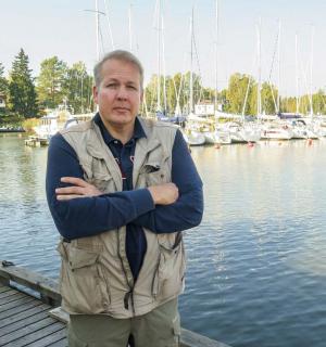 Yrjjö Kaukia venesatamassa aurinkona kesäpäivänä.