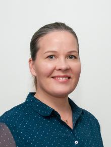 Marju Teinikiven kasvokuva, tummat hiukset ja sininen paita.