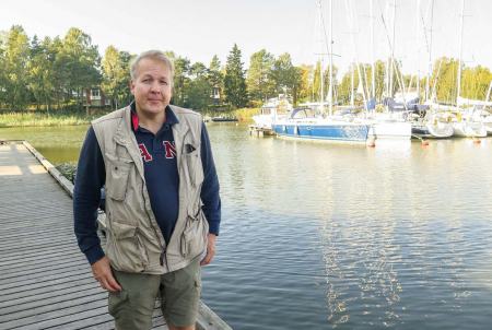 Yrjö Kaukia aurinkoisella ilmalla venesatamassa.