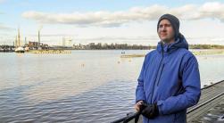 Karri Meriläinen seisoo rannalla sinisessä takissa.
