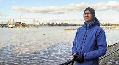 Kari Meriläinen seisoo meren äärellä laiturilla sinisessä takissa.