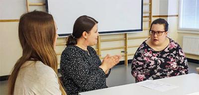 Kolme naista pöydän ääressä - L&T:n Lotta Palonen haastattelee Kornetin työhönvalmennuksen asiakkaita.