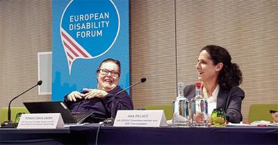 Pirkko Mahlamäki ja Euroopan vammaisfoorumin varapuheenjohtaja Ana Pelaez kokousta johtamassa.