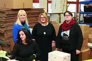 Jaana Jääheimo esitteli Regina Saarelle Titryn tuotantotiloja. Johanna Pirttijärvi (oik.) etsii työntekijöille työpaikkoja avoimilta työmarkkinoilta. Edessä Titryn asiakas tekee pakkaustyötä.