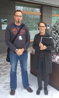 Ville Maanavilja ja Anna Pärtty ulkona toimistorakennuksen edessä.