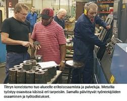 Titryn koneistamon työntekijöitä työn touhussa.