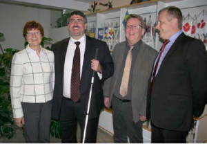 Goodwillin toimitusjohtaja Jim Gibbon vieraili Vatesissa. Kuvassa Marjatta Varanka, Gibbon, Raimo Korjus ja Jukka Lindberg.