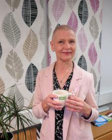 Kirjoittaja Jaana Pakarinen kahvikuppi kädessä.
